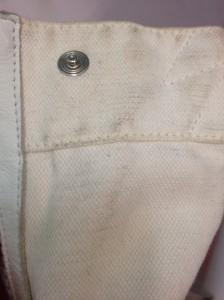 taches noires sur sac blanc